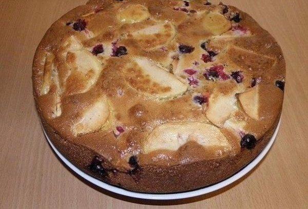 Шарлотка с ягодами на скорую руку - самый летний рецепт!
