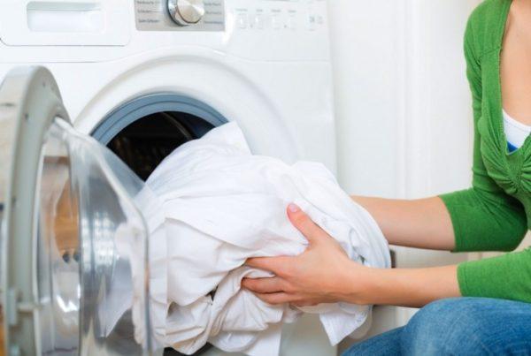 Как вывести пятна с одежды без применения химии?