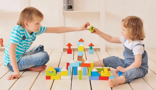 Как правильно подобрать игрушку для маленького ребёнка